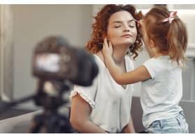 母亲带着女儿拍摄美容博客_9344452