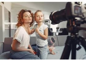 母亲带着女儿拍摄美容博客_9344460