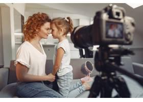 母亲带着女儿拍摄美容博客_9344464