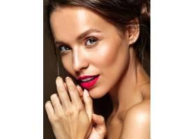 每天化妆清新嘴唇红润的女人_6933467