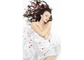 幸福美丽的年轻黑发女孩盖着床单白色上_7090375