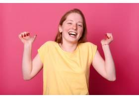 快乐动情的年轻女子穿着鲜艳的黄色T恤真_8761037