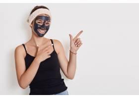 快乐开朗女子肖像改善脸部皮肤涂上去皮面_9416209图片