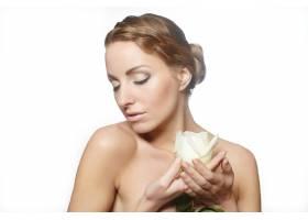 性感美女肖像留着长长的玫瑰色卷发妆容_7250535