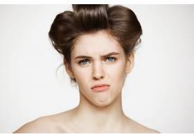 戴着卷发的年轻不悦女子的肖像美容美容和_9028358