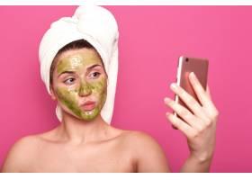 情感可爱的美容师为社交网站自拍_8742694图片