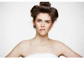 戴着卷发的年轻不悦女子的肖像美容美容和_9028346
