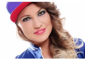 戴着帽子的卷发漂亮的有色人种女孩_6449959