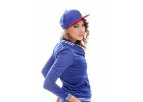 戴着帽子的卷发漂亮的有色人种女孩_6449965