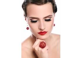 戴着红色首饰的年轻漂亮的女人_7629397