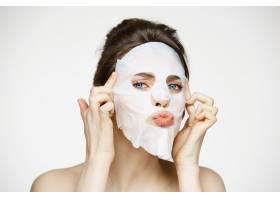 戴面膜的年轻女子美容水疗和美容_9028322