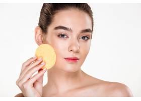年轻半裸女子用化妆海绵涂抹脸部和表情的美_6514089