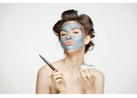 年轻漂亮的裸体女人卷着卷发用麦克遮住_9028525