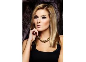 年轻漂亮的金发女子皮肤洁白_6799818