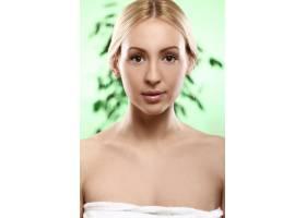 年轻漂亮的金发女郎裹着毛巾_8536391