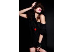 年轻的黑发女子穿着黑色衣服_6932873
