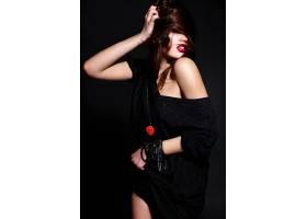 年轻的黑发女子穿着黑色衣服_6932876
