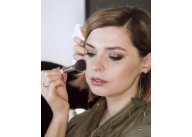 女性在模特身上化妆_6413034