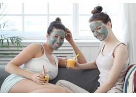 女性将面膜应用于她的朋友美容和护肤概念_7758814