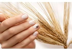女性手白色指甲设计近距离_9130357