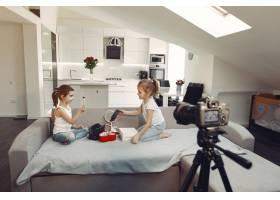 家里带着化妆品录制视频的可爱小博主_9344395