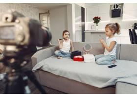 家里带着化妆品录制视频的可爱小博主_9344396