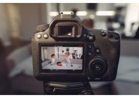 家里带着化妆品录制视频的可爱小博主_9344398