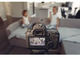 家里带着化妆品录制视频的可爱小博主_9344400