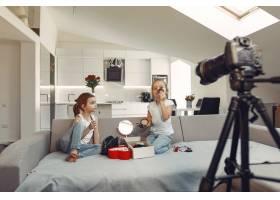 家里带着化妆品录制视频的可爱小博主_9344401