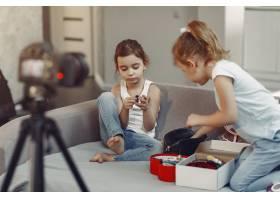 家里带着化妆品录制视频的可爱小博主_9344405