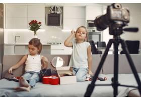 家里带着化妆品录制视频的可爱小博主_9344409