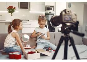 家里带着化妆品录制视频的可爱小博主_9344411