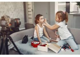 家里带着化妆品录制视频的可爱小博主_9344413