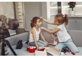 家里带着化妆品录制视频的可爱小博主_9344414