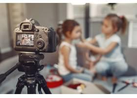 家里带着化妆品录制视频的可爱小博主_9344417