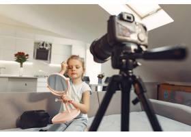 家里带着化妆品录制视频的可爱小博主_9344434