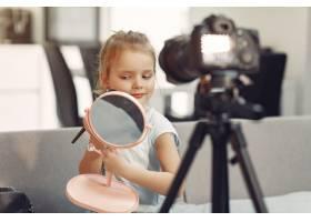 家里带着化妆品录制视频的可爱小博主_9344439