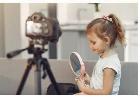 家里带着化妆品录制视频的可爱小博主_9344446