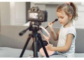 家里带着化妆品录制视频的可爱小博主_9344449
