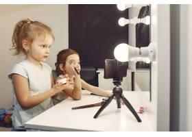 家里带着化妆品录制视频的可爱小博主_9344491