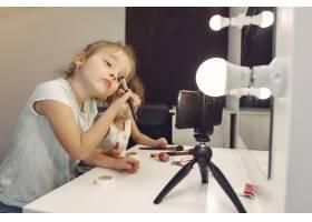 家里带着化妆品录制视频的可爱小博主_9344492