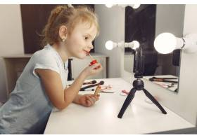 家里带着化妆品录制视频的可爱小博主_9344494