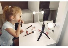 家里带着化妆品录制视频的可爱小博主_9344496
