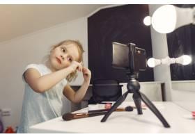 家里带着化妆品录制视频的可爱小博主_9344497