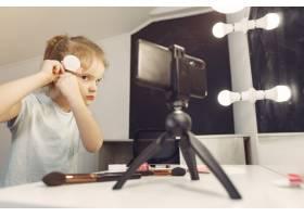 家里带着化妆品录制视频的可爱小博主_9344499