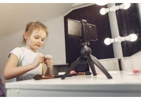 家里带着化妆品录制视频的可爱小博主_9344500