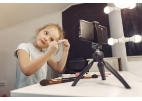 家里带着化妆品录制视频的可爱小博主_9344502