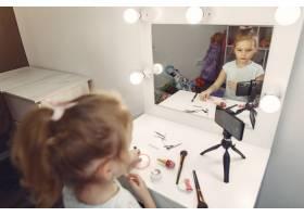 家里带着化妆品录制视频的可爱小博主_9344503