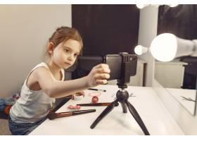 家里带着化妆品录制视频的可爱小博主_9344505