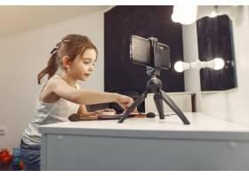 家里带着化妆品录制视频的可爱小博主_9344507